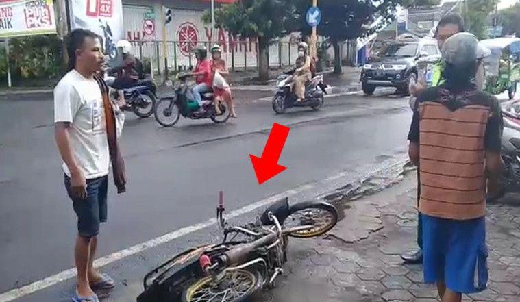 Plagiat Adi Saputra? Emosi Ketilang, Pria ini Banting dan Ancam Bakar Motor Di Depan Polisi! | Keepo.me