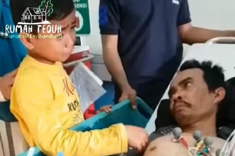 Mengharukan! Kisah Seorang Anak Menjaga Ayahnya Seorang Diri di Rumah Sakit Viral di Media Sosial | Keepo.me