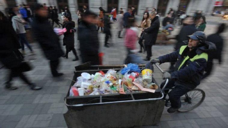Petugas Kebersihan Ini Menolong Anak Miskin, Ini Alasannya