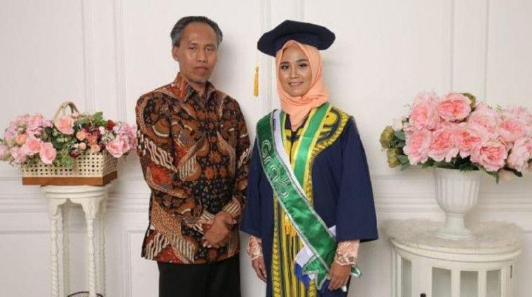 Jadi Tulang Punggung Keluarga Usai Ayah Dipecat, Mahasiswi Ini Berhasil Lulus Cum Laude | Keepo.me