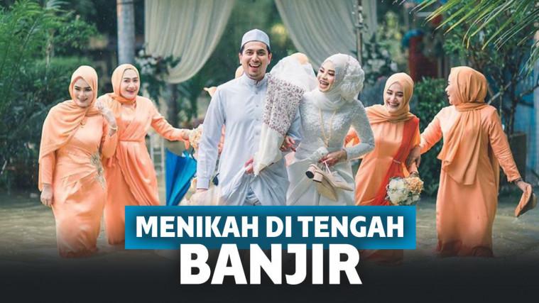 Gelar Pernikahan di Tengah Banjir, Potret Pengantin Ini Tetap Romantis! | Keepo.me
