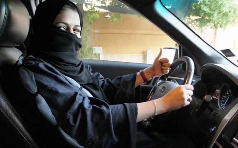 Perempuan Arab Saudi mengemudi mobil