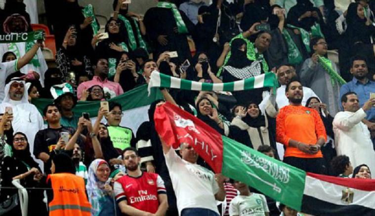 Perempuan Arab Saudi menonton bola di stadion