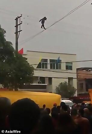 Aksi pria mabuk berjalan di atas kabel listrik