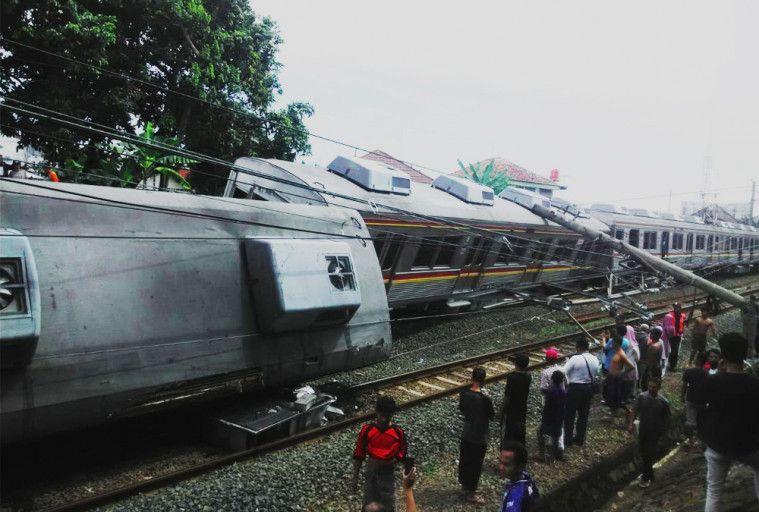 Akibat Jatuhnya Tiang Listrik Dan Sekarang Akses Jakarta Bogor Terputus