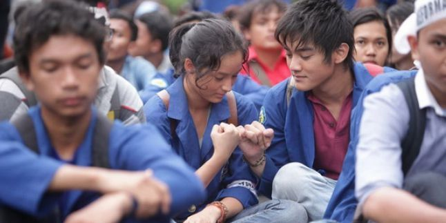 Film Indonesia 98 <a href='https://uzone.id/tag/di-balik-98' alt='Di Balik 98' title='Di Balik 98'>Di Balik 98</a> (2015)