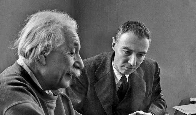 Penemu yang membenci penemuannya sendiri adalah Alfred Einstein dan J. Robert Oppenheimer