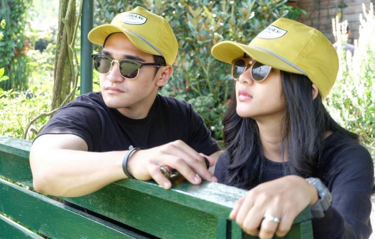 7 Pasangan Artis Ini Sering Pakai Baju Couple